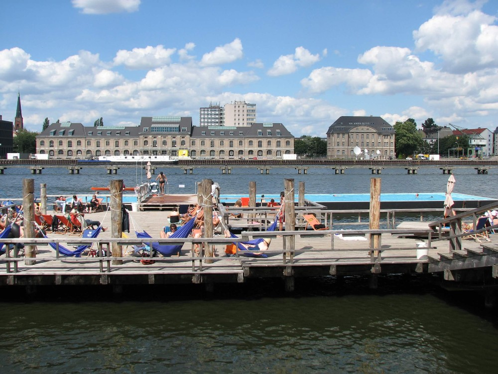 Das Badeschiff – die Chill-out-Zone in der Spree.
