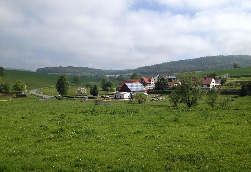 Blick vom Bahnradweg Rotkäppchenland auf die Steinmühle.