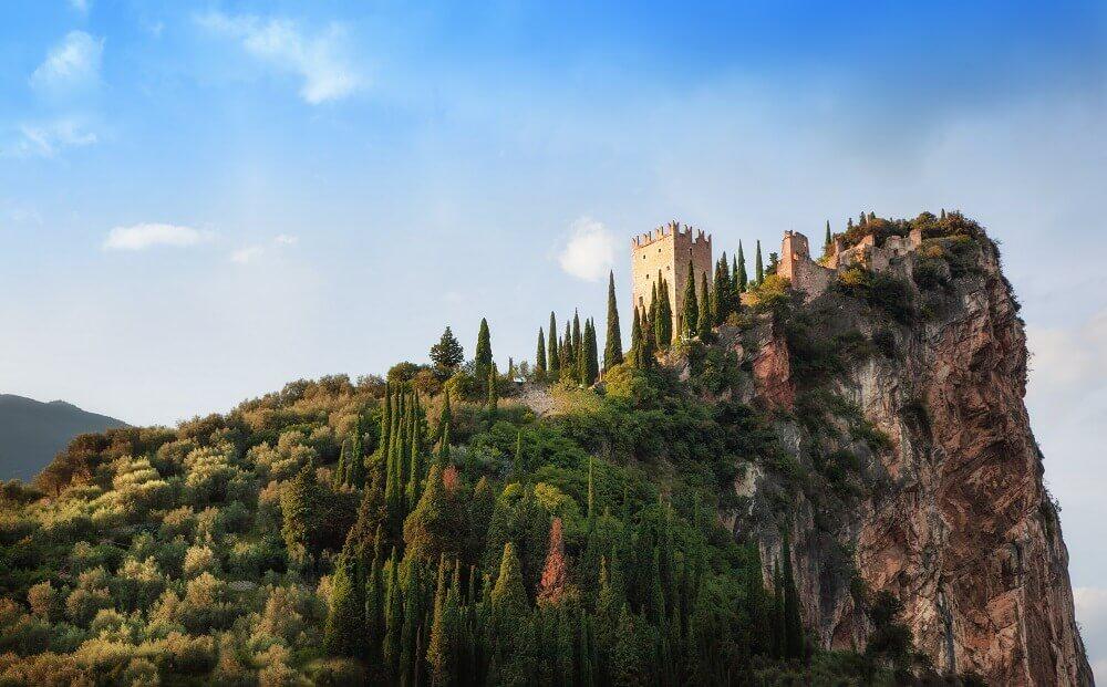 Eindrucksvolle Lage: Die Burg Arco