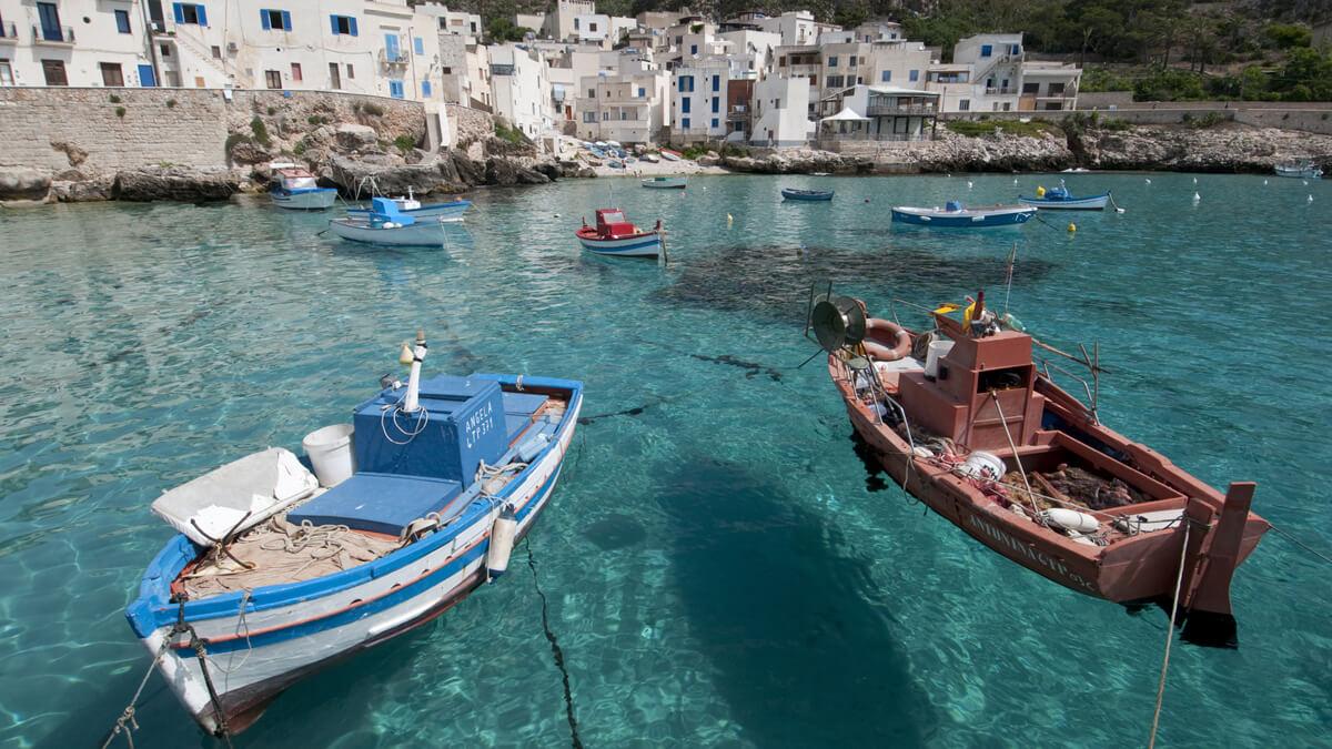 Ein kleiner Hafen auf einer der Inseln der Ägaden