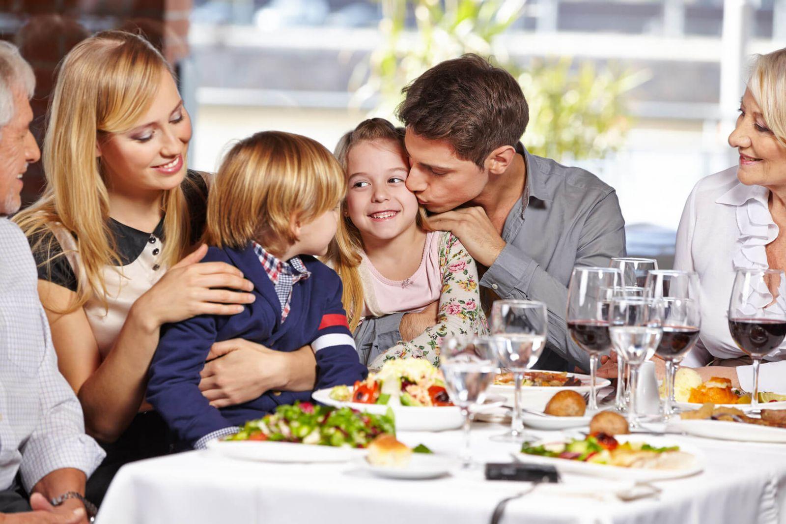 Mittagessen im Kreis der Familie.