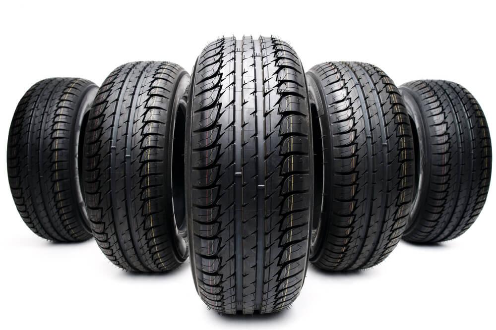Fabrikneue Reifen mit Profil