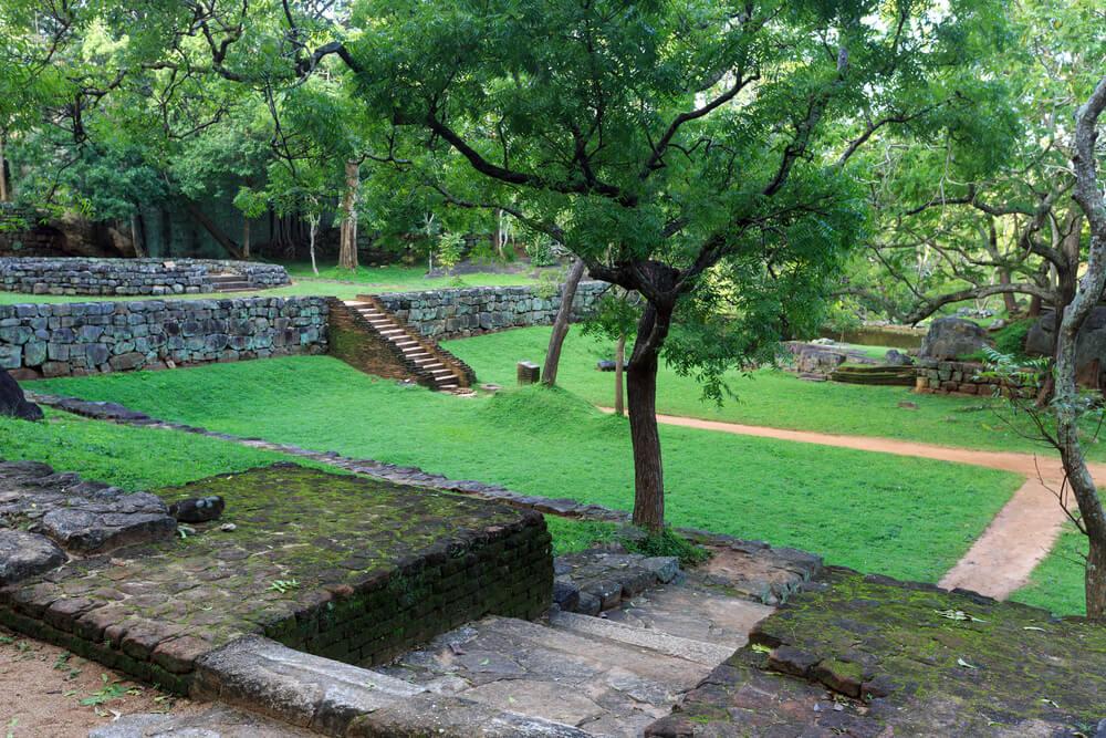 Der Monolith wird umgeben von einer einst prächtigen Gartenanlagen.