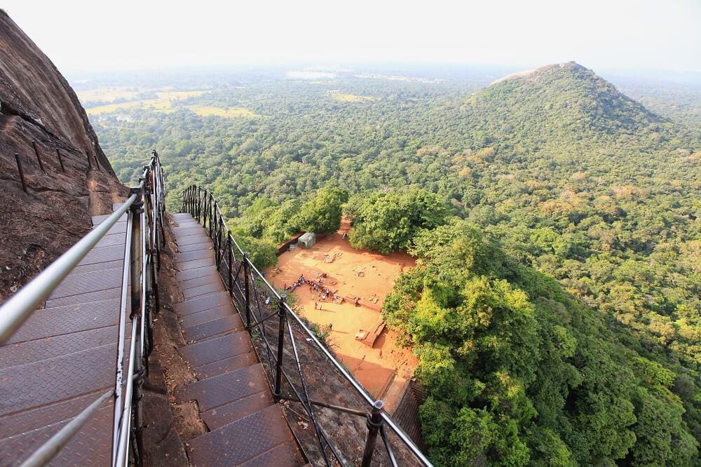 Auf dem Weg zum Gipfelplateau bietet sich ein wunderbarer Blick auf die Ebene von Sigiriya.